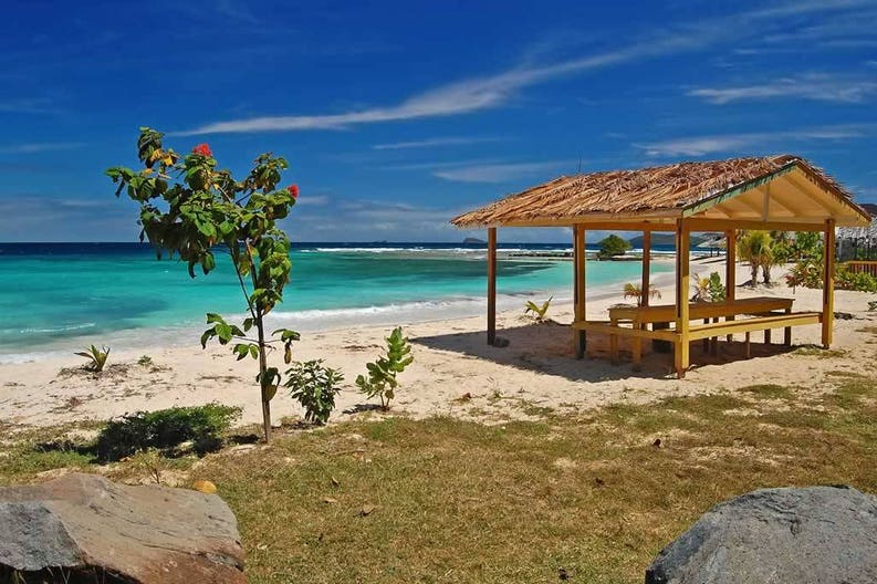 st-vincent-and-grenadines-union-island-picnic-table-on-beach